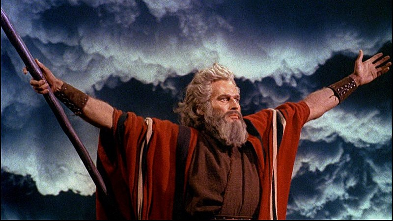 https://i0.wp.com/upload.wikimedia.org/wikipedia/commons/thumb/1/17/Charlton_Heston_in_The_Ten_Commandments_film_trailer.jpg/800px-Charlton_Heston_in_The_Ten_Commandments_film_trailer.jpg