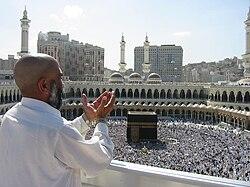 Un orante suplicando en la mezquita Masjid Al Haram, en la ciudad de La Meca.