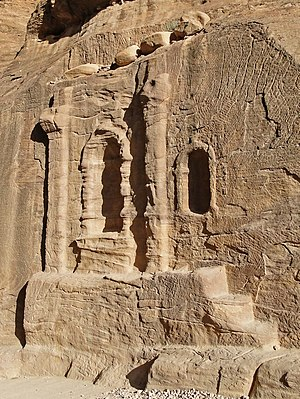 English: A niche near the entrance of al-Siq, ...