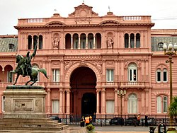 Fachada da Casa Rosada a partir da Plaza de Mayo  com a esttua equestre de Manuel Belgrano