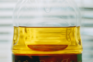 English: Clear apple juice from concentrate in...