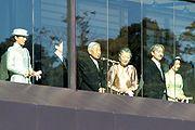 Tampak tengah Kaisar Akihito dan permaisuri, dan di sebelah kanan Pangeran Naruhito dan istri.