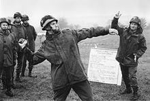 Soldats français en train de lancer des grenades.