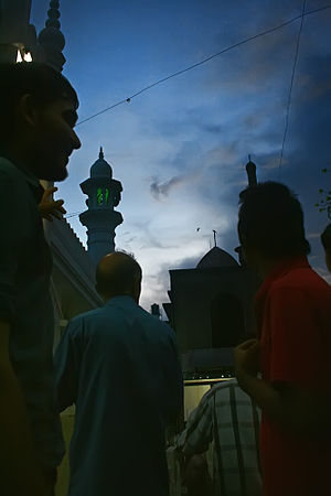 English: Muslims looking for the new moon to m...