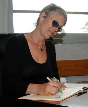 English: Actress Jamie Lee Curtis autographs h...