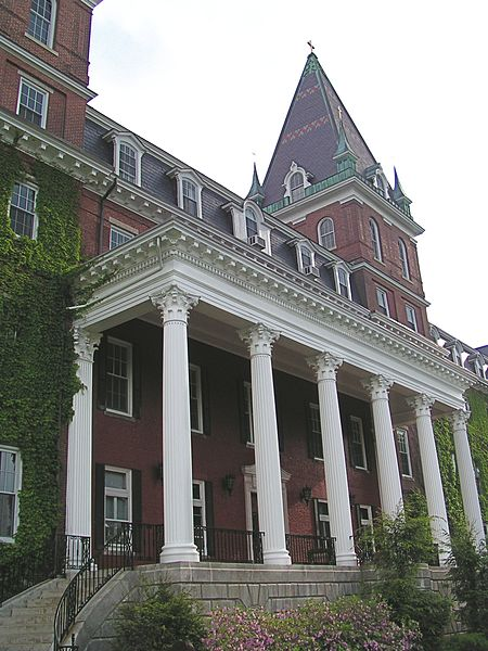 File:Fenwick Hall CollegeOfTheHolyCross.jpg