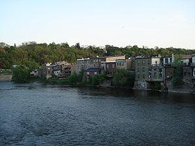 El Gran River atravesando parte del pueblo de Par�s, Ontario, Canadá.