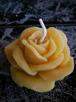 Deutsch: Bienenwachskerze in Form einer Rosenblüte