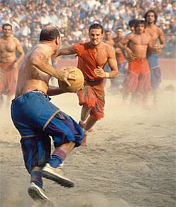 5ad424de9e5 Imagen de un partido actual del Calcio nacido en Florencia en el siglo XVI