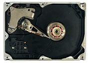 قسمت درونی یک دیسک سخت همراه با صف�ات و م�ور چرخاننده موتوری با توپی مت�رک.سمت چپ قسمت مرکزی بازوی م�رک (نوک خواندن و نوشتن)قرار گرفته. نوک قرمز و سفید آن در قسمت انتهاِیی بازو قرار دارد. سر لغزنده آن نیز درست پشت نوک آن یعنی در سط� پايينی بازو قرار گرفته. سیمهای نارنجی رنگ کنار بازو نوک بازو را به قسمت کنترل مرتبط می کنند. نقطه مرکزی (م�ور) شامل یک پیچ مدور می باشد که قبل از صف�ه فلزی قرار گرفته. صف�ه فلزی نیم دایره ای در قسمت بالایی در گوشه سمت چپ قرار گرفته که در واقع یک آهنربای دایم جهت �رکت بازوست.پیچ تنظیم در قسمت پایینی قرار گرفته که شامل یک آهنربای ثانویه در قسمت زیر آن می باشد. فیلتر هوا در داخل م�فظه پلاستیکی در سمت چپ پايطن آن قرار گرفته.