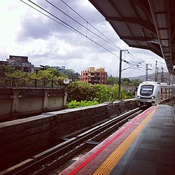 Mumbai Metro train arriving at Ghatkopar.jpg