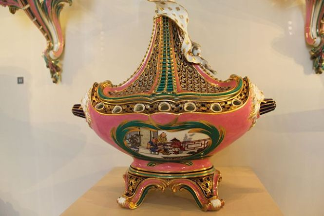Potpourri vase made in the 18th century, Musée du Louvre.