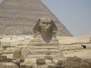 English: The Sphinx next to the Pyramids at Gi...