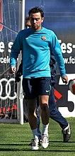Un homme portant un sweat bleu clair et un short bleu foncé.