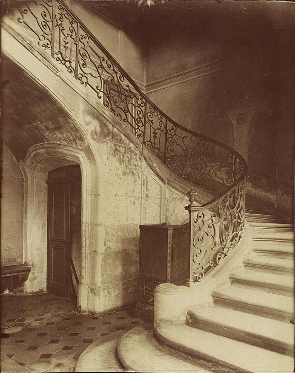FileEugne Atget Staircase Htel de Brinvilliers rue
