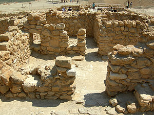 English: Remains of living quarters at Qumran.