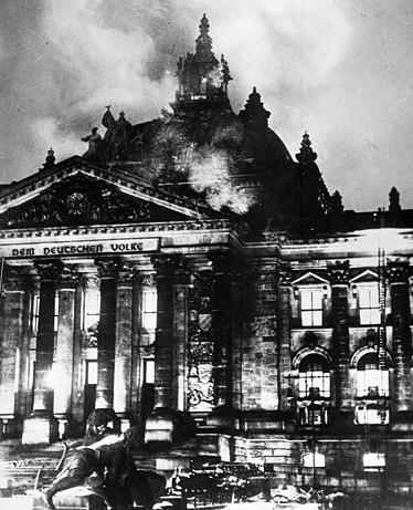 https://i0.wp.com/upload.wikimedia.org/wikipedia/commons/thumb/2/20/Reichstagsbrand.jpg/374px-Reichstagsbrand.jpg