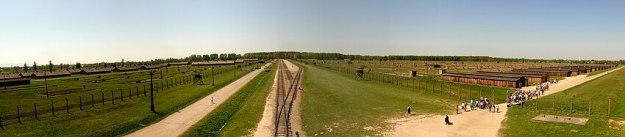 Het kamp Auschwitz-Birkenau vanuit de hoofdpoort