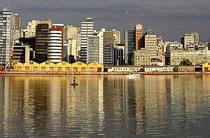 Português: Por do sol no centro de Porto Alegr...