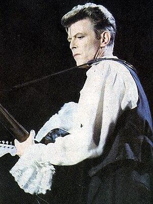 Español: David Bowie sobre el escenario del fe...