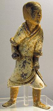 26e8eeb4654f9 يفتقد جندي من العصر الفخاري في عهد أسرة هان ، ذو طبقة طلاء باهتة الآن ،  سلاحاً.