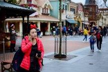 File Woman Phone Shanghai Disneyland