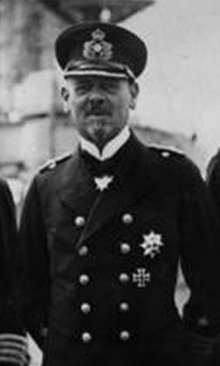 Bundesarchiv Bild 183-R10687, Vizeadmiral Hipper mit Stab cropped.png