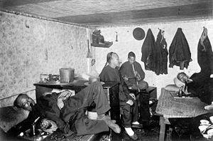 Fumadero de opio en una casa de huéspedes china en San Francisco (c. 1890)