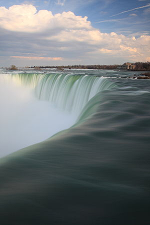 English: Niagara Falls extended exposure Franç...