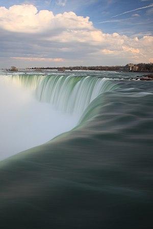 English: Niagara Falls extended exposure Franç...