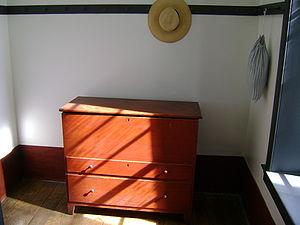 English: Shaker dresser