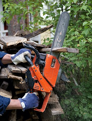 Chainsaw in action. Suomi: Moottorisaha toimin...