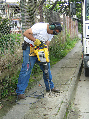 Español: Instalación señales viales en Colombia