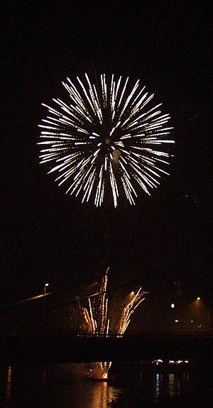 Fireworks over Duisburg-Ruhrort Deutsch: Feuer...