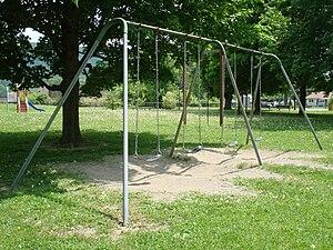 English: Playground swing set Deutsch: Spielpl...