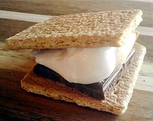English: A picture of a Smores treat.