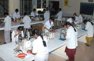 English: Students at the laboratory of microbi...