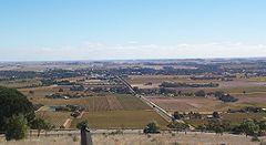 Lebih kurang daripada 15% penduduk Australia tinggal di kawasan perkampungan. Gambar ini menunjuk daerah pembuatan arak Lembah Barossa di Australia Selatan.