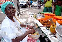 Baiana vendendo acarajé em Salvador.