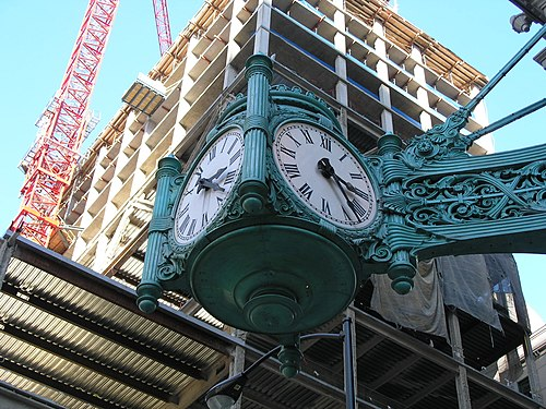 https://i0.wp.com/upload.wikimedia.org/wikipedia/commons/thumb/2/29/Marshall_Field_and_Co._clock_at_State_St..JPG/500px-Marshall_Field_and_Co._clock_at_State_St..JPG