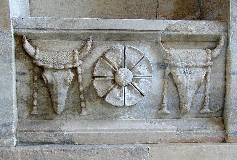 Bucranes dans un temple de Samothrace - Wikicommons