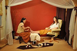English: Feet massage / reflexology