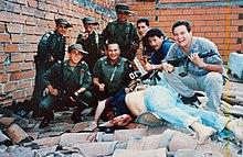 Miembros de la Policía Nacional de Colombia posan junto al cadáver de Pablo Escobar.