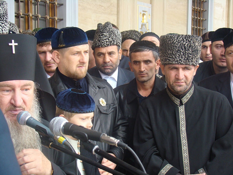 https://i0.wp.com/upload.wikimedia.org/wikipedia/commons/thumb/2/2b/Russisch-orthodoxer_W%C3%BCrdentr%C3%A4ger%2C_Ramsan_Kadyrow_und_Mufti_Sultan_Mirzaev_bei_der_Er%C3%B6ffnung_der_Achmat-Kadyrow-Moschee_in_Grosny.jpg/800px-Russisch-orthodoxer_W%C3%BCrdentr%C3%A4ger%2C_Ramsan_Kadyrow_und_Mufti_Sultan_Mirzaev_bei_der_Er%C3%B6ffnung_der_Achmat-Kadyrow-Moschee_in_Grosny.jpg