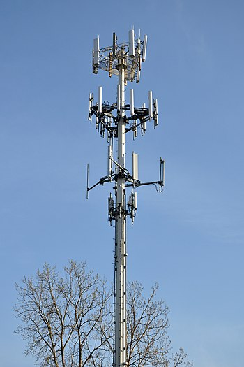 English: A cell phone tower in Palatine, Illin...