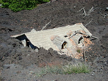 English: House destroyed by lava on the slopes...