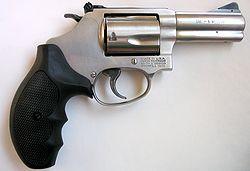 Revólver: exemplo de uma arma de fogo, que utiliza a força de um explosivo para o disparo.