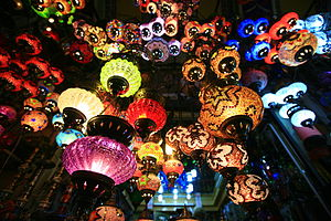 English: Lanterns in a shop in the Kapalıçarşı...