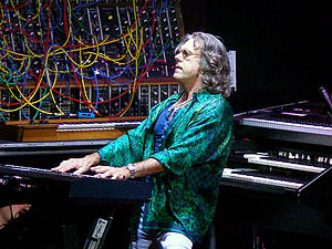 Español: Keith Emerson, de fondo el Moog modular.