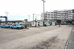 梅窩巴士總站(大嶼山梅窩公共運輸交匯處)及的士站(左方)。後方建築物為梅窩中心。